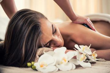 Kobieta przy gorącym kamiennym masażu i wellness