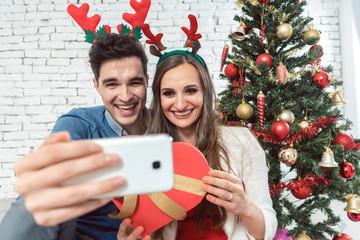 Paar macht Selfies mit Telefon zu Weihnachten