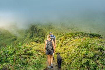 Montagne Pelée, Martinique: randonnée sur un volcan éteint, dans les nuages.