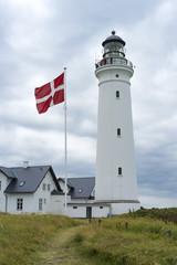 Dannebrog und weißer Leuchtturm von Hirtshals an der dänischen Nordseeküste