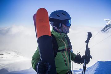 Portrait Skifahrer im Skigebiet