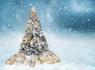 festlich geschmückter Christbaum mit golden verpackten Weihnachtsgeschenken im Schneetreiben
