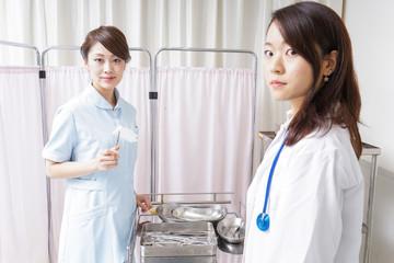 医師の補佐をする看護師