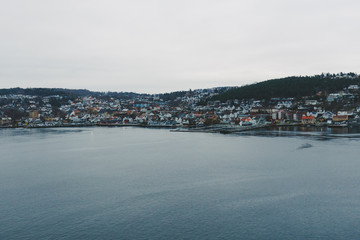 Häuser an einem Ufer in Norwegen