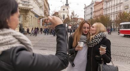 zwei verliebte frauen werden beim küssen fotografiert