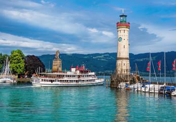 Hafen von Lindau im Bodensee mit Rundfahrtschiff