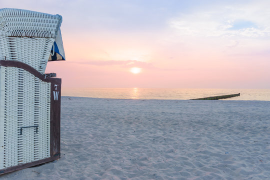 Strandkorb und Sonnenuntergang am Meer