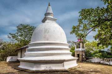 Fototapete - Buddhist rock temple in Mulkirigala, Sri Lanka