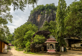 Fototapete - Mount with ancient Buddhist temple in Mulkirigala, Sri Lanka
