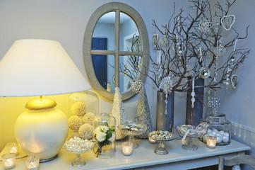 Ambiance de Noël avec décoration de tables, boules, étoiles et branches séchées pour une atmosphère de Fêtes
