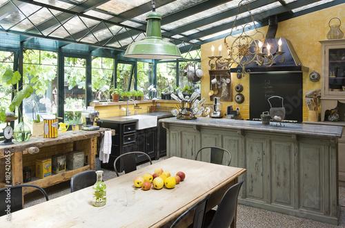 Cuisine installée dans un jardin d\'hiver d\'une ancienne maison et ...