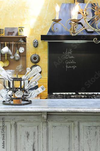 Cuisine ambiance brocante dans une ancienne maison avec for Brocante dans 60