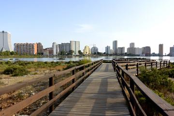 La vista a Calpe ciudad  y lago de las salinas desde mirador