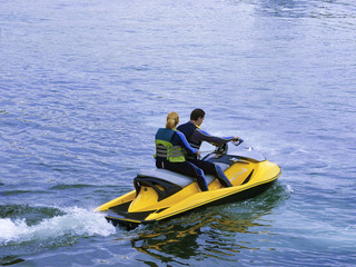 Garden Poster Water Motor sports Deporte de pareja joven en moto acuática