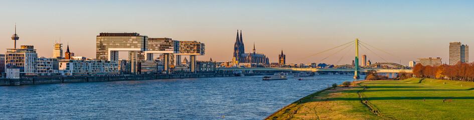 Köln – Kranhäuser und Dom; Deutschland
