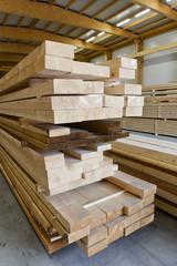 ossature bois maison construction immobilier chantier atelier decoupe panneaux planche epicea Mobic travail stock code europeen CE qualite sechage planche hangar