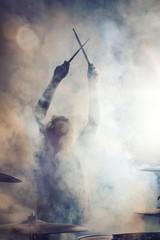 Schlagzeuger posiert im Nebel