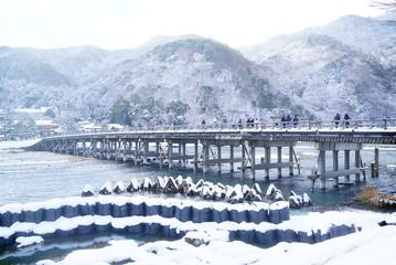 京都嵐山渡月橋の雪景色