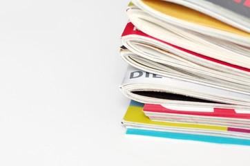 Stapel bunte Zeitschriften, Freisteller