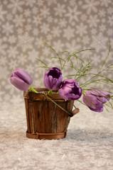 Fioletowe tulipany na gwieździstym tle.