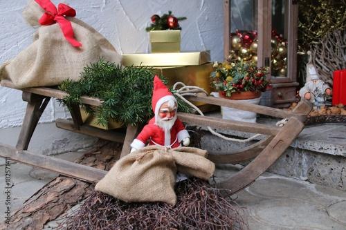 weihnachtsdeko vor der haust r stockfotos und lizenzfreie bilder auf bild 182571411. Black Bedroom Furniture Sets. Home Design Ideas
