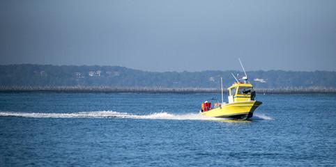 Bateau de pêche jaune