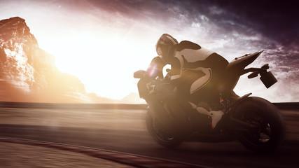 Motorradfahrer auf Motorrad bei Sonnenuntergang