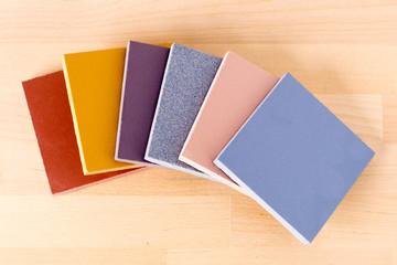 Образцы керамического гранита разных цветов.