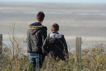 garçons regardant au loin