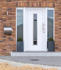 Weiße moderne Haustür mit Glas