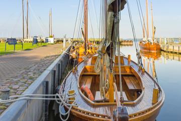 Zeesboote im Hafen am Darßer Bodden