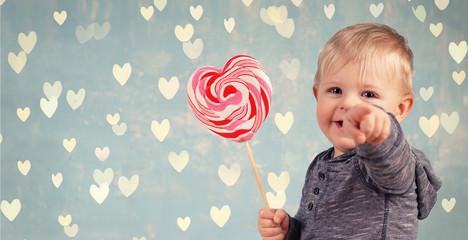 Kleiner Junge mit Herzlolli