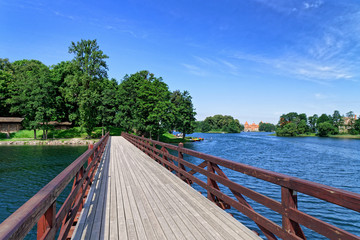 Holzbrücke am Galvė See mit Wasserburg Trakai, Litauen