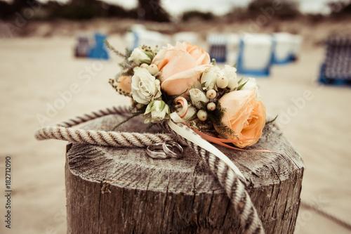 Vintage Hochzeit Am Strand Mit Rosen Stockfotos Und Lizenzfreie