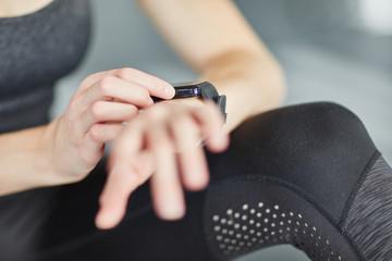Sportler kontrolliert Fitness und Herzfrequenz