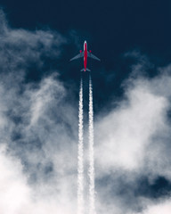 Poster Avion à Moteur Airplane in the sky leaving white contrails