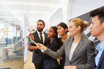 Gruppe Geschäftsleute im Consulting Workshop