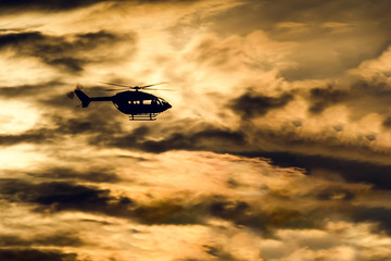 Hubschrauber vor Sonnenuntergang