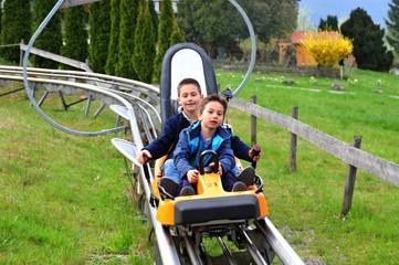 Zwei Jungen am Ende der Sommerrodelbahn-Strecke von Gutach im Schwarzwald, Deutschland