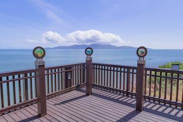 Aussichtspunkt mit Blick auf Wolken über Insel
