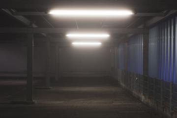 Leeres Parkhaus aus Stahl und Glas mit Beleuchtung zur Nachtzeit, moderne Architektur