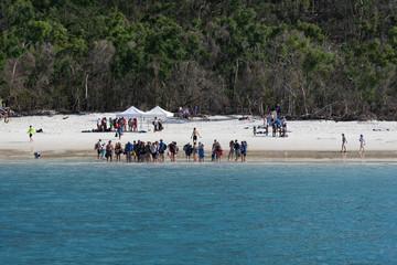 Touristen warten auf Transfer am Strand