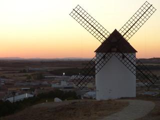 Molinos de viento  en Mota del Cuervo pueblo de Cuenca (Castilla La Mancha, España)
