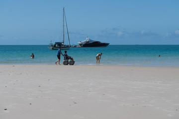 Mit dem Strand-Rollstuhl am Badestrand