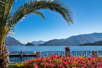 Ausblick von der Uferpromenade in Menaggio auf den Comer See und Bellagio