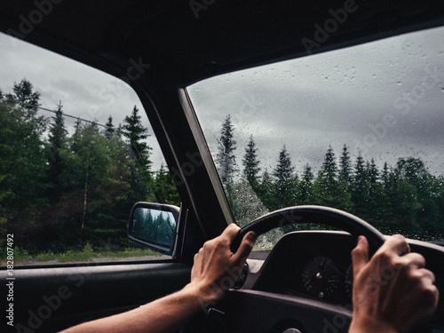 roadtrip moment im inneren eines autos mit händen am lenkrad halb ...