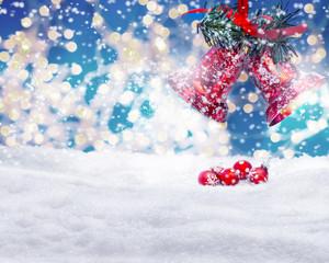Weihnachtsglocken läuten über Weihnachtsbaumkugeln im Schnee