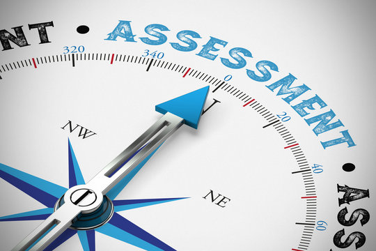 Kompass zeigt auf das Wort Assessment / Bewertung