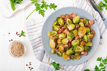 Photo sur Plexiglas Bruxelles Brussels sprouts. Roasted Brussels sprouts with bacon. Delicious lunch. Flat lay. Top view