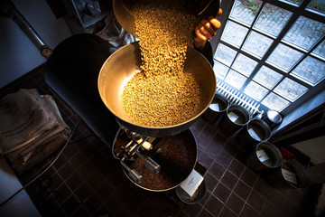 Rohkaffee in die Kaffeeröstmaschine
